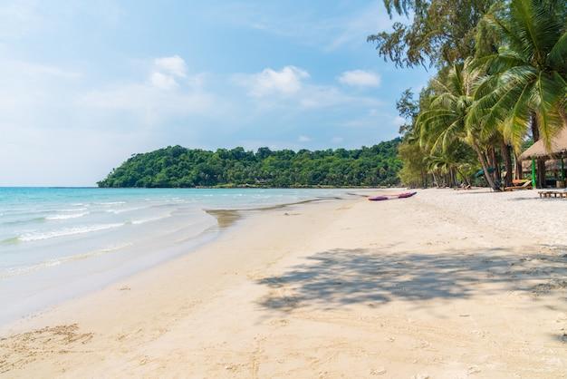Schöner tropischer strand mit blauem himmel bei koh kood island, thailand-insel