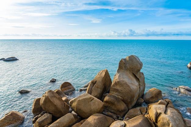 Schöner tropischer strand mit felsen
