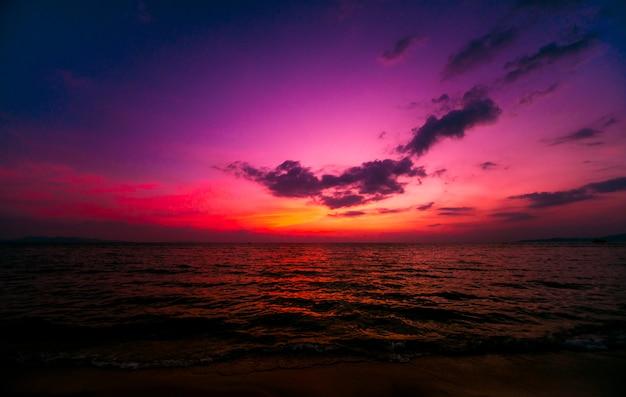 Schöner tropischer strand. sonnenaufgänge und sonnenuntergänge. ozean.