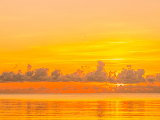 Schöner tropischer strand- und seeozean gestalten mit wolke und himmel zur sonnenaufgang- oder sonnenuntergangzeit landschaftlich