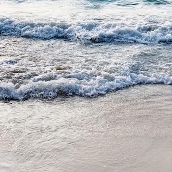 Schöner tropischer strandblick mit weißem sand und blauem meer mit wellen auf phuket