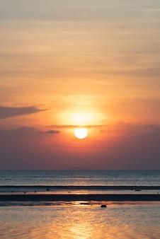 Schöner tropischer strandsonnenuntergang mit hintergrund der goldenen lichter, koh samui thailand