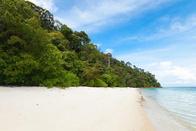 Schöner tropischer weißer sandstrand in thailand