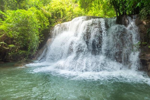 Schöner und atemberaubender grüner wasserfall am tropischen regenwald, erawans wasserfall, gelegen kanchanaburi provinz, thailand