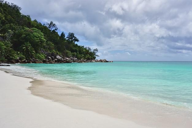 Schöner und berühmter strand anse georgette, praslin insel, seychellen.