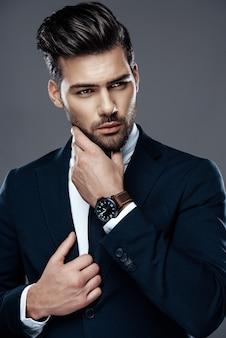 Schöner und erfolgreicher mann in einem teuren anzug.