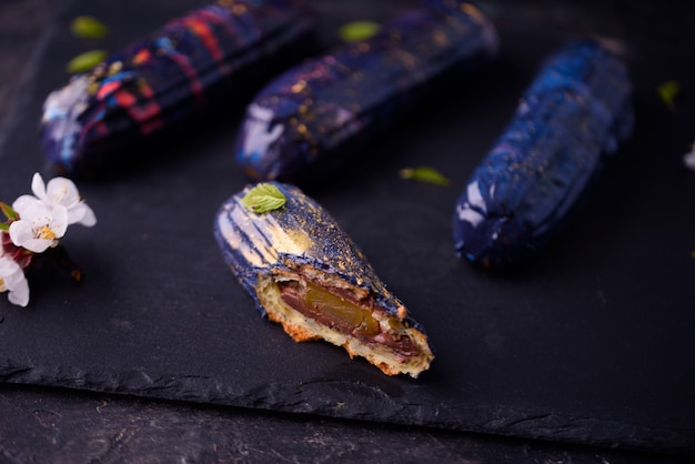 Schöner und geschmackvoller nachtisch auf einem schieferbrett mit den blumenblättern.