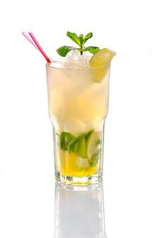 Schöner und köstlicher cocktail in einem glas