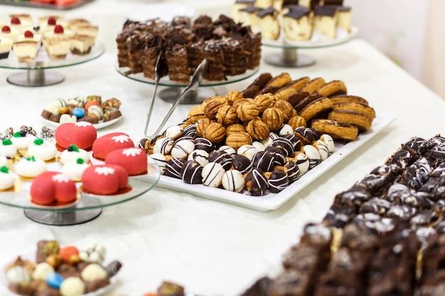 Schöner und köstlicher süßer tisch für eine hochzeitsfeier