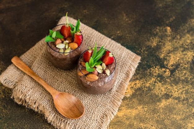 Schöner und leckerer nachtisch mit kakao
