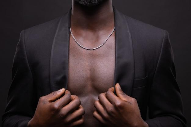 Schöner und muskulöser schwarzer mann in der dunkelheit