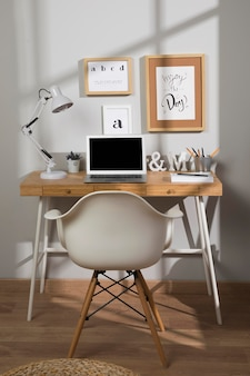 Schöner und organisierter arbeitsbereich mit lampe
