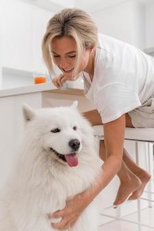 Schöner und schöner hund und frau