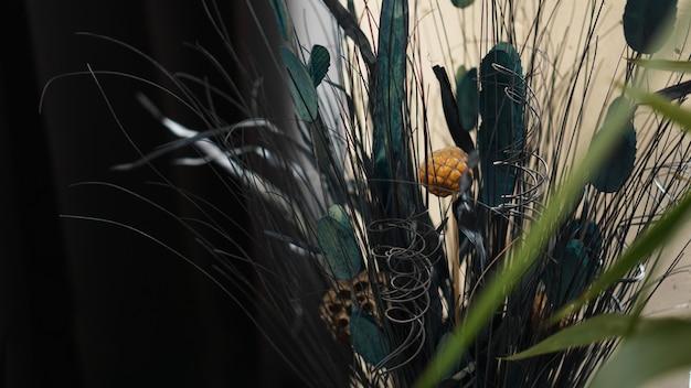 Schöner und zarter strauß getrockneter blumen im innenraum. dekorationen für den raum
