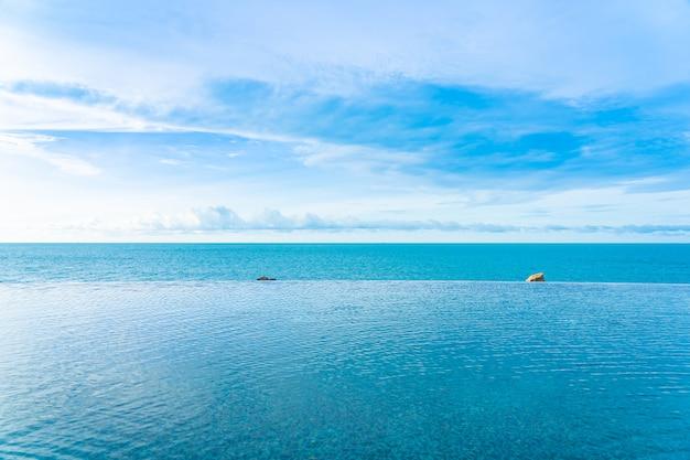 Schöner unendlichkeitsswimmingpool im freien mit seeozeanblick
