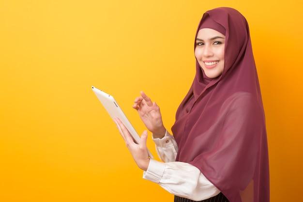 Schöner universitätsstudent mit hijab-porträt