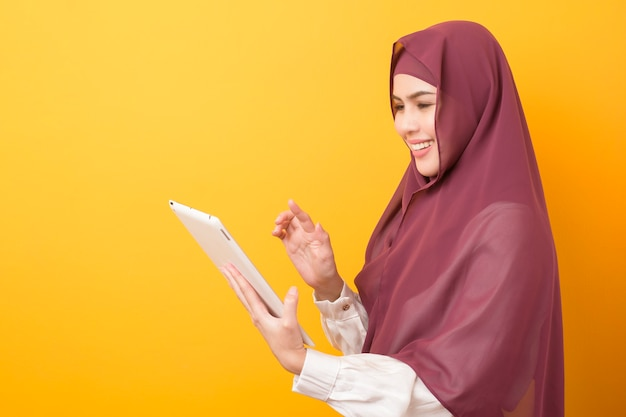 Schöner universitätsstudent mit hijab