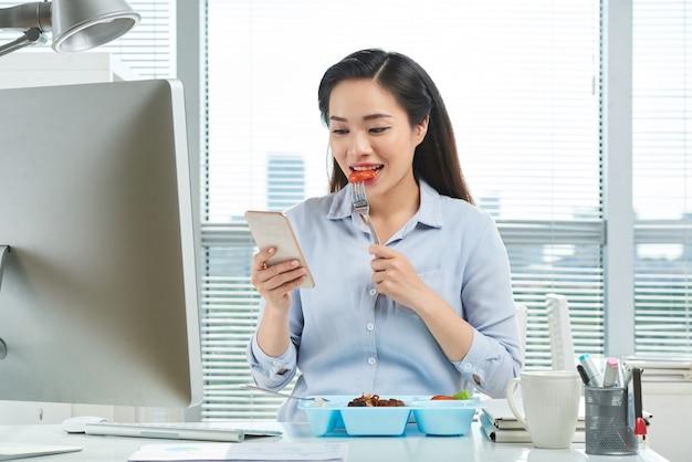 Schöner unternehmer, der zu mittag isst