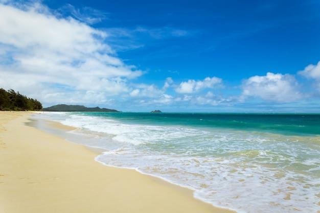 Schöner waimanalo strand mit türkisfarbenem wasser und bewölktem himmel, oahu küste, hawaii