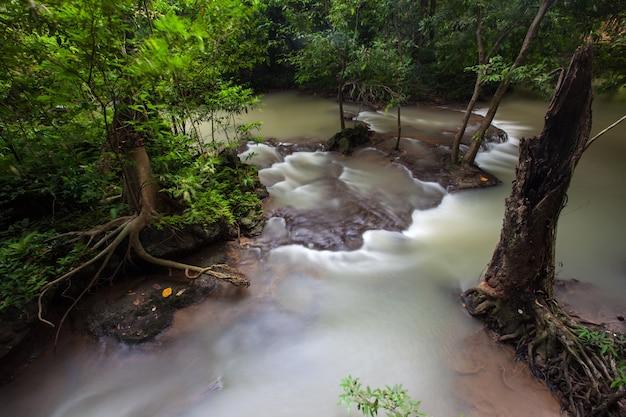 Schöner wasserfall auf regenzeit auf dem bok khorani nationalpark in thailand. als bok khorani wasserfall.