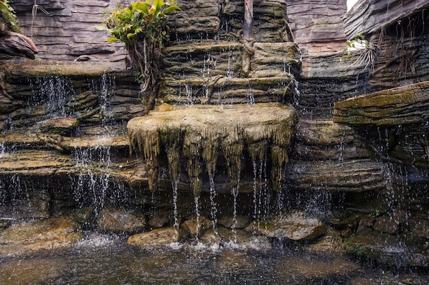 Schöner wasserfall, der entlang der felsen fließt.