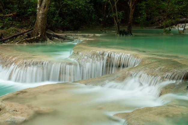 Schöner wasserfall - erawan-wasserfall an nationalpark erawan in kanchanaburi, thailand.