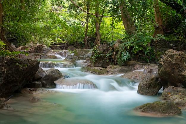 Schöner wasserfall - erawan-wasserfall bei erawan national park in kanchanaburi, thailand.