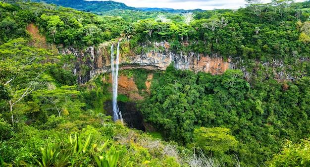 Schöner wasserfall im nationalpark von mauritius chamarel