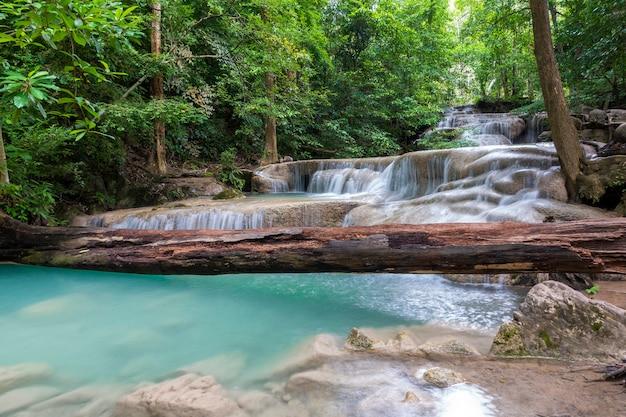 Schöner wasserfall in einem thailändischen nationalpark