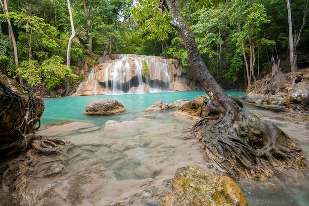 Schöner wasserfall in nationalpark erawan-wasserfall in kanchanaburi, thailand