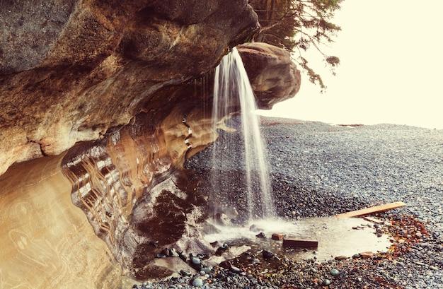 Schöner wasserfall in vancouver island, kanada