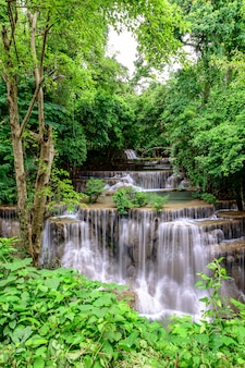 Schöner wasserfall ist name hua mae kamin wasserfall in erawan national park