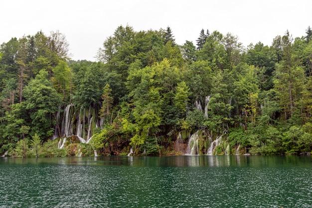 Schöner wasserfall und blauer klarer see im nationalpark plitvicer seen, kroatien