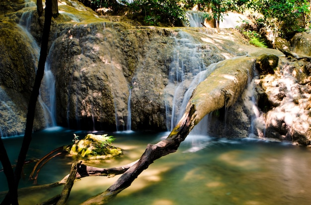 Schöner wasserfallstrom, der in wald an kanchanaburi-provinz, thailand fließt.