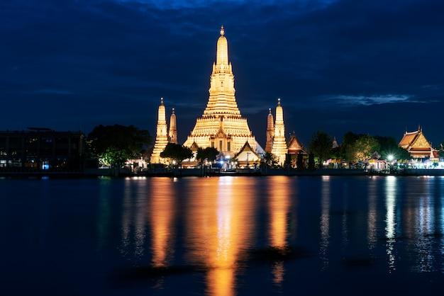Schöner wat arun ratchawararam tempel mit reflexion im fluss in der dämmerung in bangkok thailand.