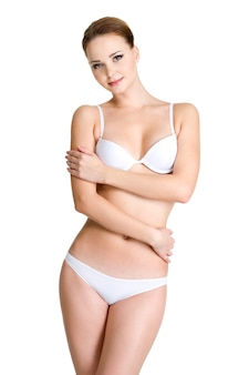 Schöner weiblicher körper in der weißen unterwäsche