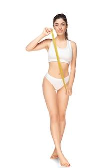 Schöner weiblicher körper isoliert auf weiß