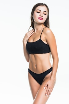 Schöner weiblicher körper lokalisiert auf weiß. sexy junge frau in schwarzer unterwäsche isoliert