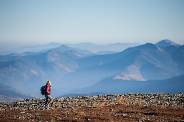 Schöner weiblicher wanderer, der schöne naturlandschaft genießt