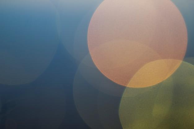 Schöner weicher mehrfarben-bokeh hintergrund. unscharf gestelltes lichtmuster.