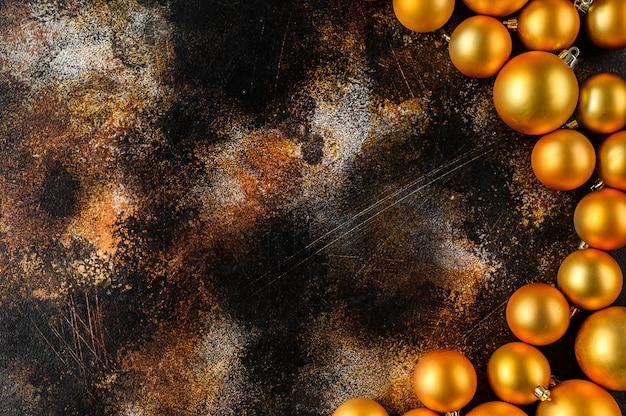 Schöner weihnachts- und des neuen jahresgoldener deco flitter auf hintergrund des dunklen schwarzen.