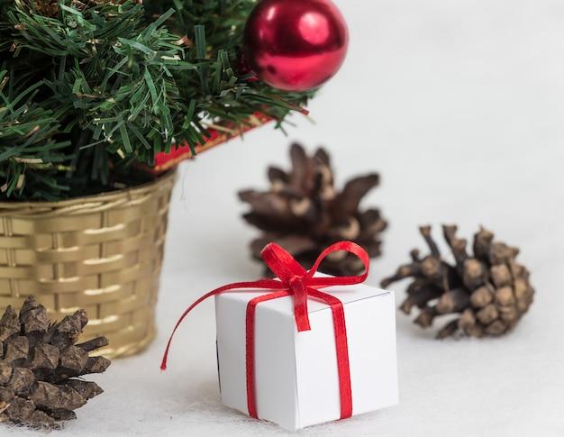 Schöner weihnachtsbaum auf weiß