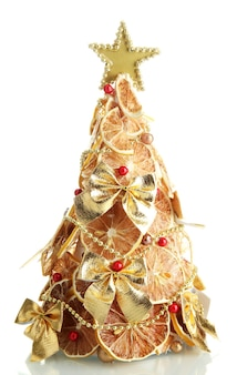 Schöner weihnachtsbaum aus trockenen zitronen mit dekor, isoliert auf weiß