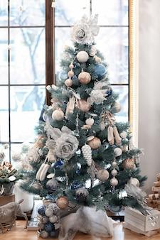 Schöner weihnachtsbaum, dekoriert von einem professionellen floristen im blumenladen flower