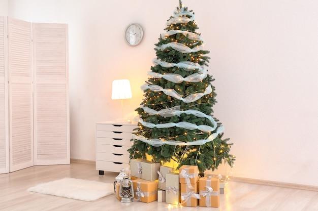 Schöner weihnachtsbaum mit geschenkboxen im innenraum des wohnzimmers