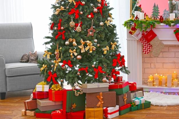 Schöner weihnachtsbaum mit geschenken im wohnzimmer