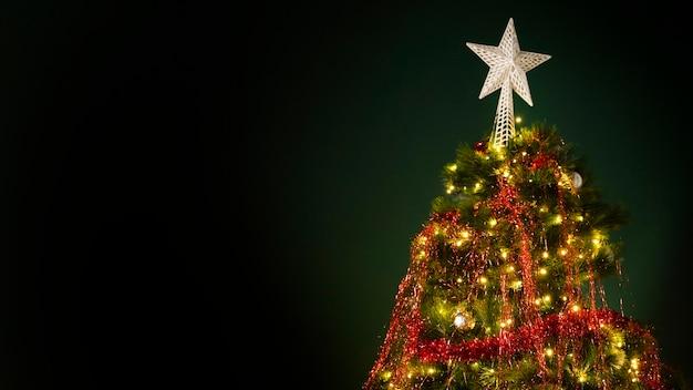 Schöner weihnachtsbaum mit kopienraum