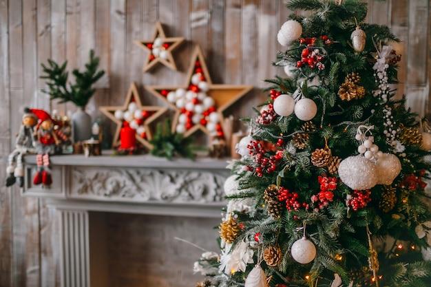 Schöner weihnachtsbaum reich mit spielzeug dekoriert