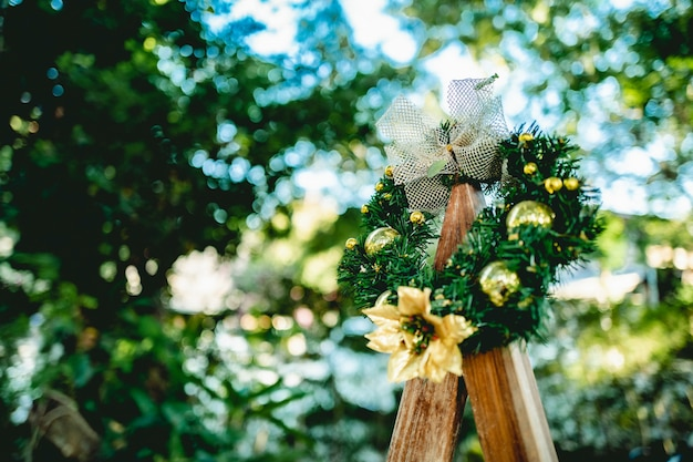 Schöner weihnachtsbaum und empfindliches verziert mit weihnachtsbaum und dekorativen elementen