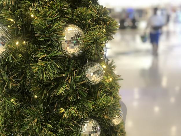 Schöner weihnachtsbaum verziert mit funkelnder kugel des silbers und des goldes
